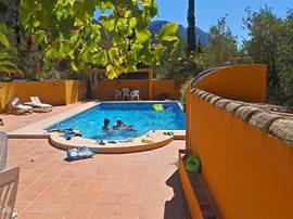 Ruim zwembad met veel terrasruimte en uitzicht op nationaal park Montgo. Heerlijke afkoeling overdag - of geniet 's nachts vanuit het verlichte bad van de sterren!