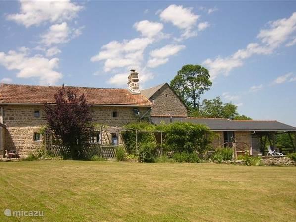 Achterkant huis met gedeelte van de zuid gras tuin (+/- 2.300 m²) Totaal oppervlakte grond: +/- 7.000 m². Oppervlak woongedeelte 175 m².