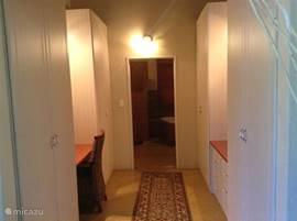 Doorloopkast naar de hoofdbadkamer vanuit de hoofdslaapkamer.