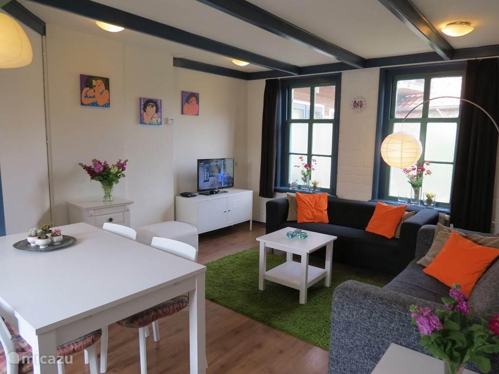 De gezellige woonkamer met twee- en driezits bank