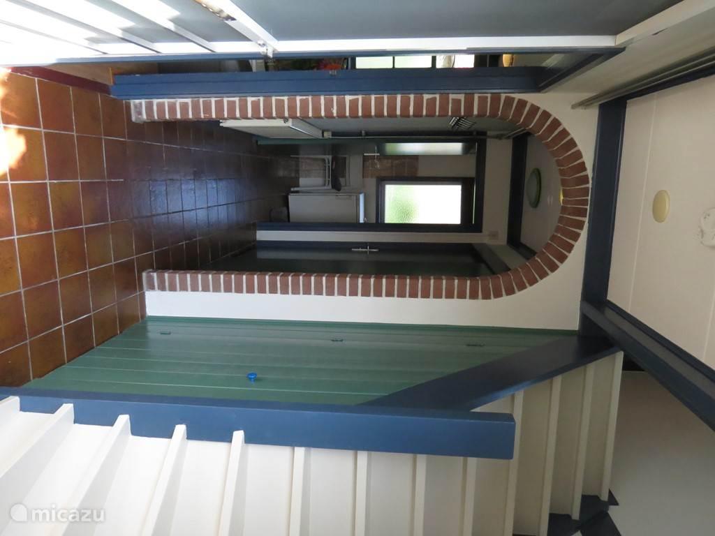Binnenkomen in deze hal met rechts de trap naar boven, links het woongedeelte en rechtdoor toilet en doucheruimte.