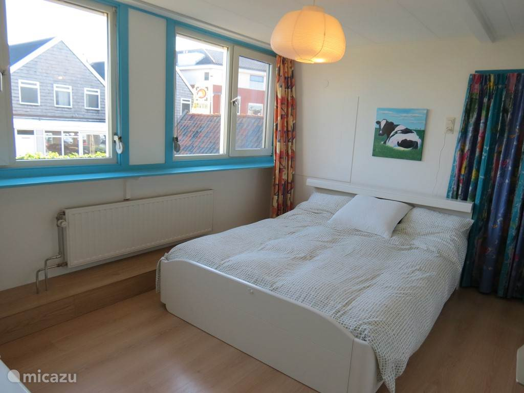 Slaapkamer één. Heerlijke ruime lichte tweepersoons slaapkamer met overal horren en zonwering wat het zeer comfortabel maakt.
