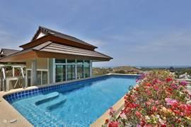 prive zwembad op het dak met sala