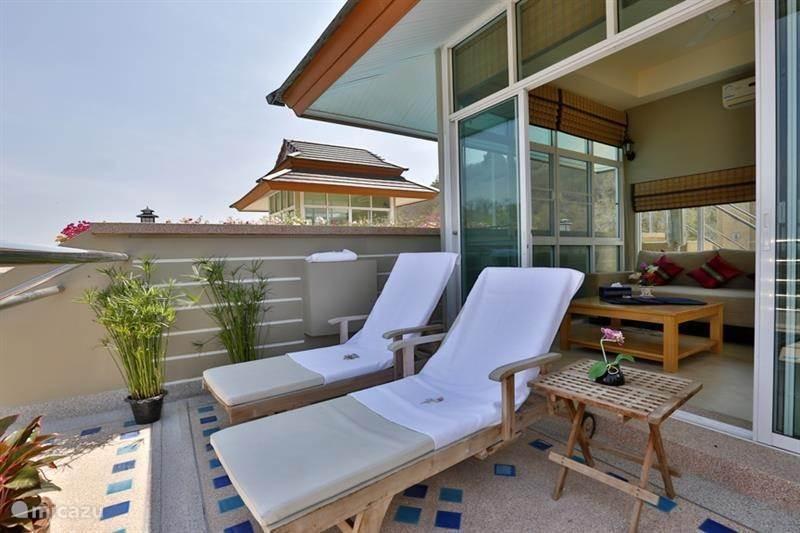 penthouse penthouse mit privatem pool auf dem dach in hua. Black Bedroom Furniture Sets. Home Design Ideas