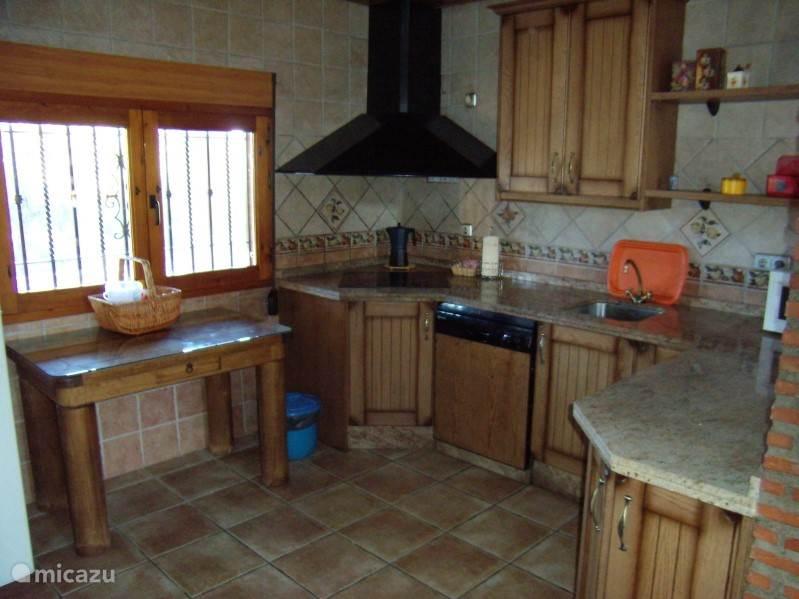 geheel ingerichte keuken met oven en vaatwasser