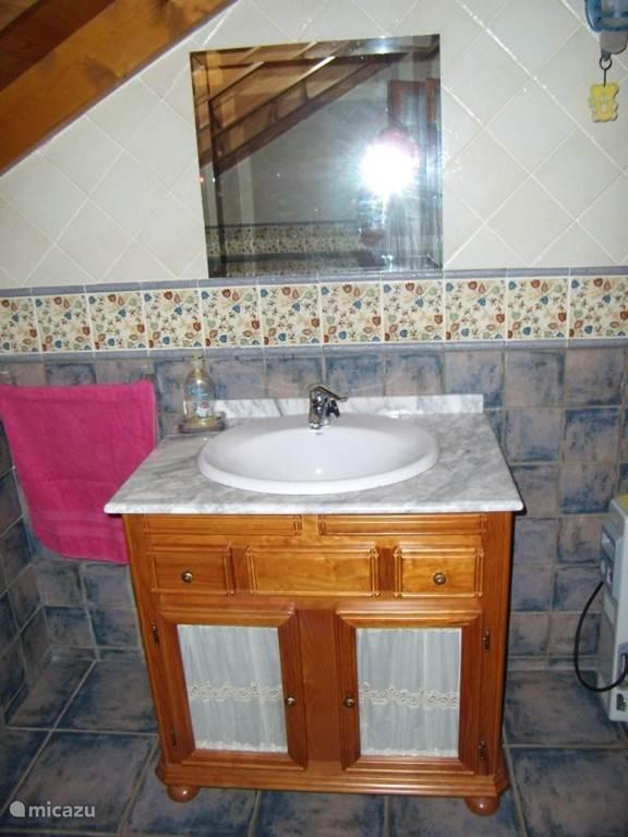 wastafel in een van de douches