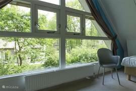 Zeer ruime slaapkamer met groot raampartij