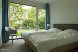 Slaapkamer b.g. met toegang tot de tuin.
