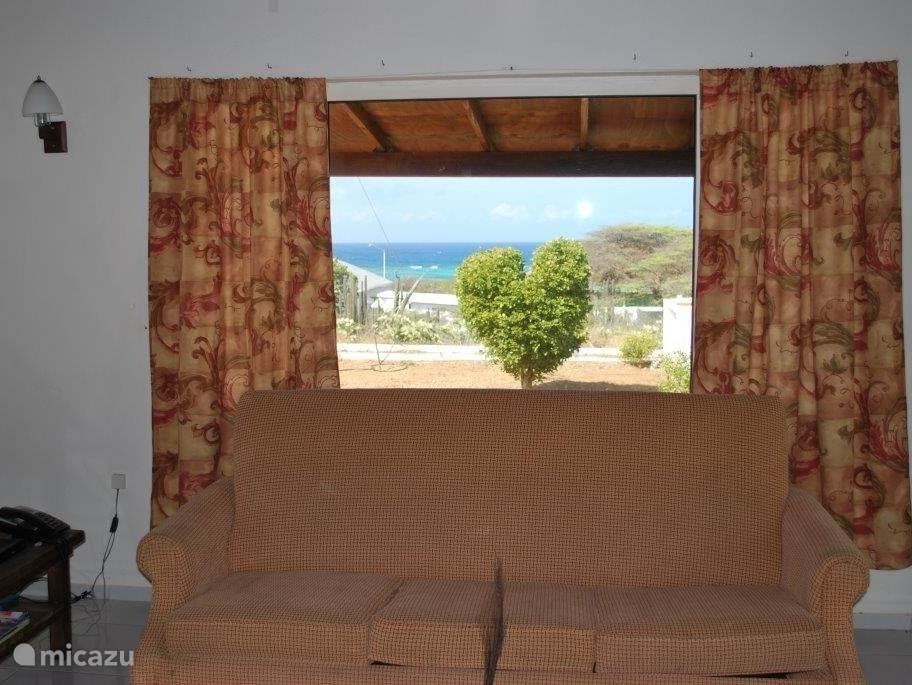 Die Aussicht auf das azurblaue Meer aus dem Wohnzimmer