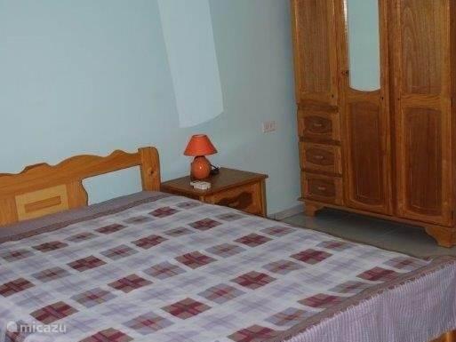 Schlafzimmer mit zwei Doppel - Queen - Bett.