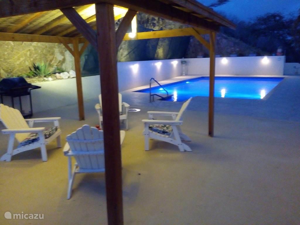 Zwembad met terras in het schemer.