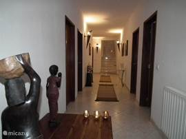 Hal op de begane grond met 3 slaapkamers en 2 badkamers, apart toilet, ruime berging/wasruimte