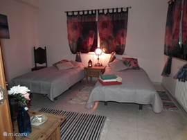 Twin kamer, in Casa de Sobra, communicerend met de kamer met hemelbed. Deze 2 kamers hebben aparte ingang aan de zijkant van het huis.