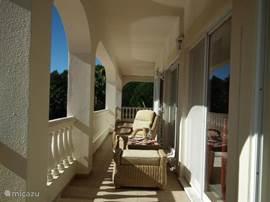 alle kamers op de begane grond voorkant hebben patio Eerste verdieping balkon links en rechts