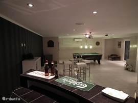 Partijtje biljart of darts in de privébar van casa de sobra