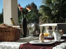 Heerlijk ontbijten op het balkon met zicht op de zee en de tuin