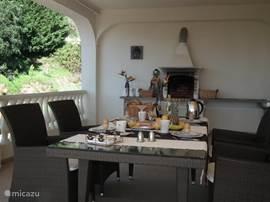 ontbijt naast de keuken eerste verdiep, balkon