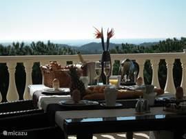 ontbijt op het balkon naast keuken, eerste verdieping. Adembenemd zicht!
