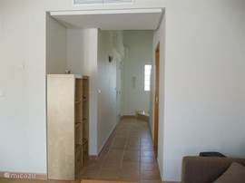 Entree en hal. Hier bevindt zich tevens het toilet.