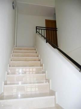De marmeren trap naar de eerste etage