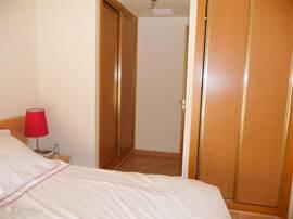Slaapkamer met tweepersoonsbed. Ruime kasten met hang- en leg gedeelte.