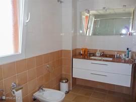 De badkamer. Handdoeken zijn aanwezig. Genoeg ruimte om uw toiletartikelen op te bergen!