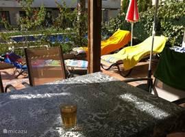 Het omheinde terras, zon en schaduw!
