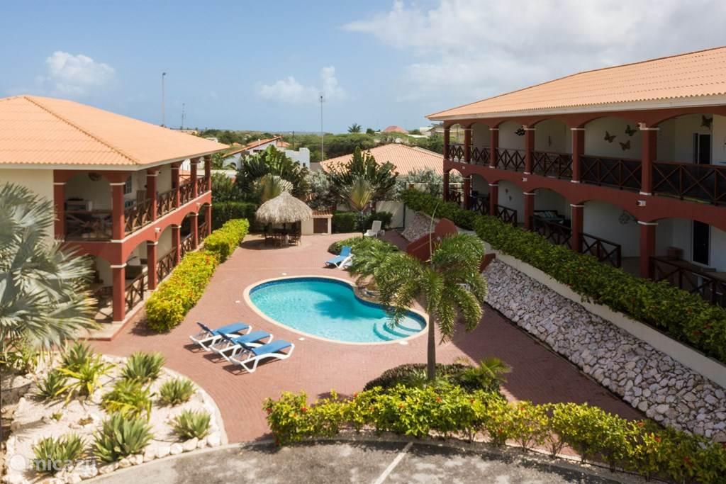 Overview Seru Hulanda resort met beide appartementgebouwen.  Appartement 2 bevindt zich in het rechter gebouw.