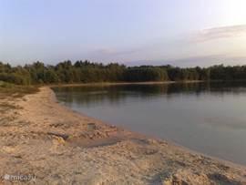 Heerlijke waterplas waar u kunt zonnen, zwemmen en mag vissen.