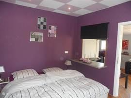 Slaapkamer voorzien van tweepersoons Auping bed voor een goede nachtrust.