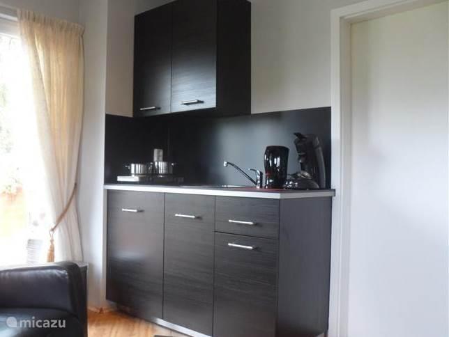 Kleine compacte keuken voorzien van alles wat u nodig heeft tijdens de vakantie.