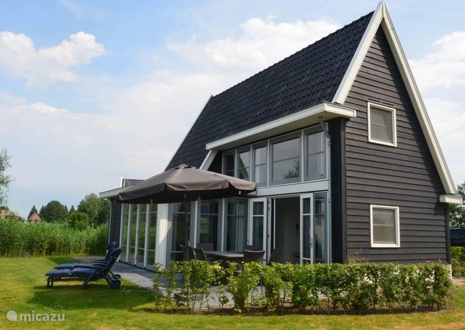 Vakantievilla Larissa op Waterresort Bodelaeke in Giethoorn heeft een ruim terras welke aan het water gelegen is. Zoals op de foto te zien is heeft de vakantievilla veel ramen, waardoor er veel licht in de villa is. De villa heeft een eigen aanlegsteiger.