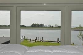 Giethoorn staat voor water, natuur, rust en ruimte. Vanaf uw slaapkamer kijkt u uit over het brede water en de mooie natuur van natuurgebied Wieden-Weerribben welke direct aan het vakantiepark grenst.