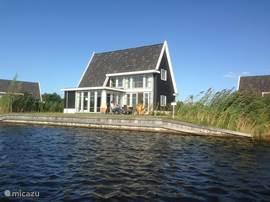 Vakantiepark in Giethoorn ligt vakantievilla Larissa met aanlegsteiger direct aan het water. De vakantievilla is voor 6 personen en heeft 3 slaapkamers, 2 badkamers en gratis wifi. Op loopafstand van het centrum van Giethoorn ligt deze luxe 4*vakantievilla in Giethoorn. Ideaal voor vissen of zwemmen