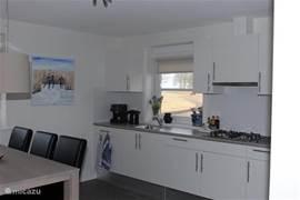Villa Larissa in Giethoorn heeft een ruime open keuken met 4-pits gasstel, vaatwasser, koelkast met vriesvak, magnetron/oven, waterkoker en senseo koffiezetapparaat.