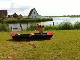 De boot kan aan uw eigen aanlegsteiger liggen. De vakantievilla ligt direct aan het water waarin je heerlijk kan zwemmen, spelen, kanoën en met de boot naar het centrum van Giethoorn kan varen. Ook de Beulakerwijde is makkelijk bereikbaar.