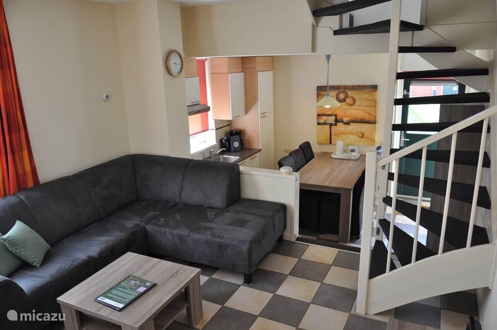 Gezellige woonruimte met apart eet- en woongedeelte,onlangs voorzien van nieuw meubilair met o.a. een gerieflijke hoekbank! De keukeninrichting is voorzien van alle hedendaagse gemakken.