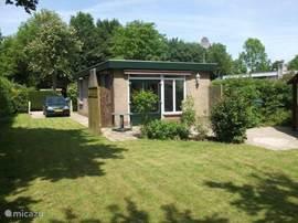 Huisje met grote omsloten tuin, terras en eigen parkeerplaats.