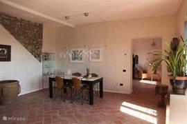 Heerlijk ruime en lichte woonkamer direkte uitloop naar de tuin met openslaande deuren 50m2