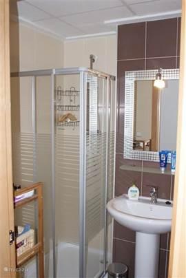 Badkamer 1 met douche/douchewand, badmeubel, wastafel, toilet en bidet.