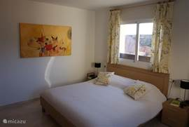 Slaapkamer 1 met lits-jumeaux (180x220), 2 nachtkastjes en schuifwandkast.
