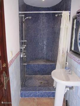 2e badkamer met Spaans mozaiek.