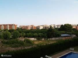 Vanaf het terras heeft men een vrij uitzicht en is naaste bebouwing ongeveer 300 meter verder.