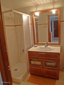 De 2e badkamer heeft een douche cabine en beschikt ook over wc, bidet en handdoekrek.