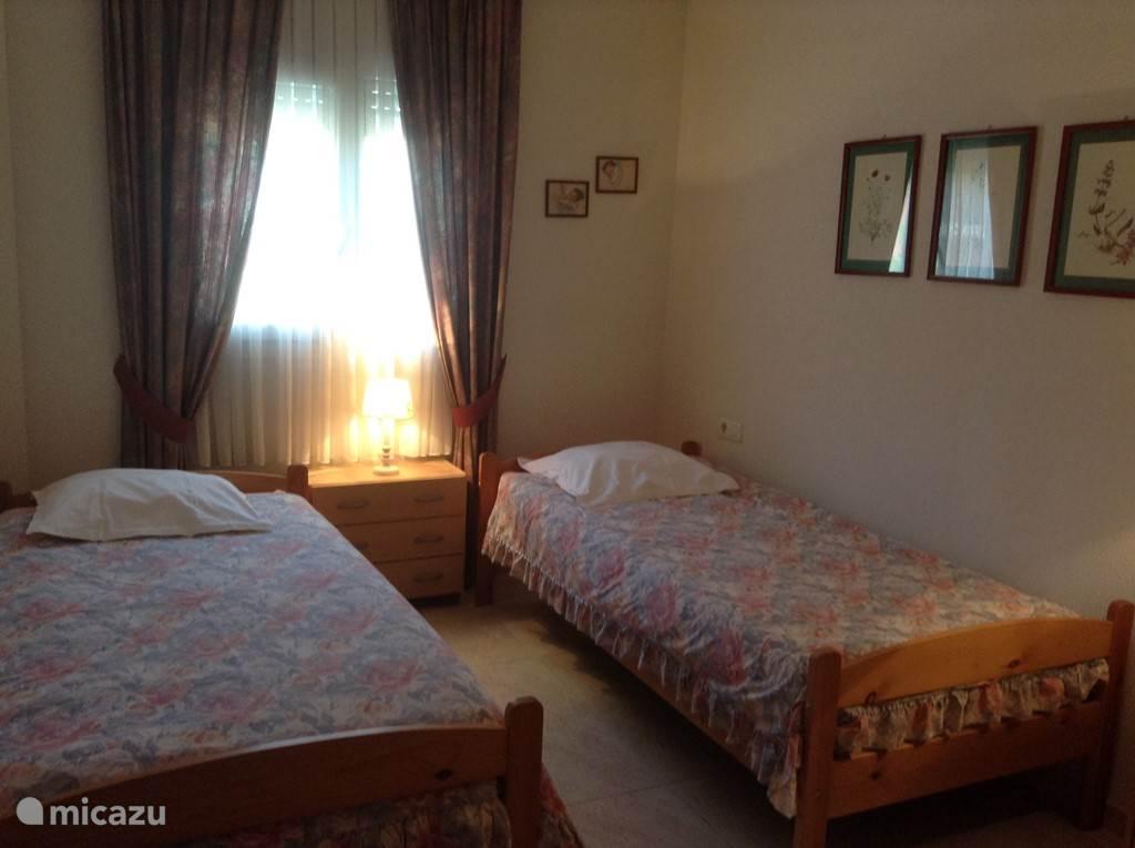 De grote slaapkamer, 12 m2, ligt aan de straatzijde en heeft 2 eenpersoons bedden (90x200) met nieuwe bodems en matrassen.