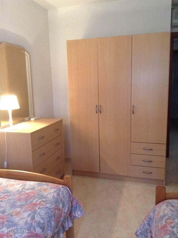 De kamer heeft airco en is voorzien van nieuw meubilair.