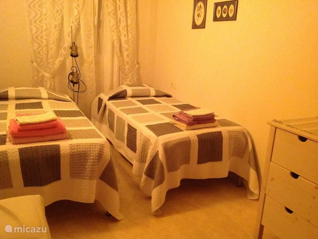 Ook deze slaapkamer, 11 m2, ligt aan de straatzijde en is van airco voorzien. De 2 eenpersoons bedden en matrassen zijn nieuw.