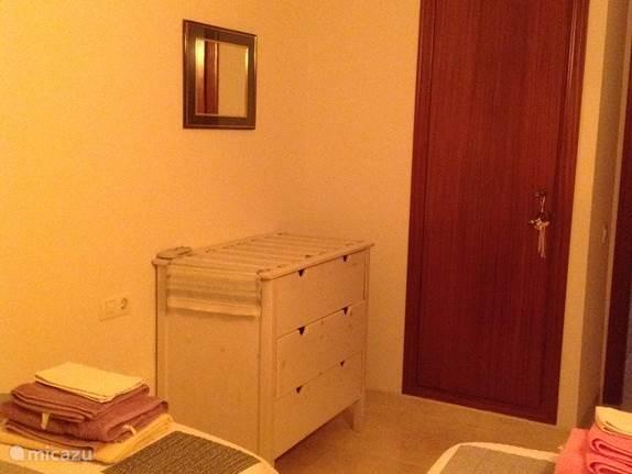 De kamer heeft een inbouwkast.