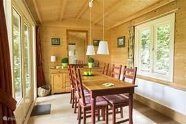 Gezellig (na)tafelen met prachtig uitzicht en toegang tot de tuin!