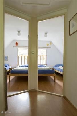 Twee gezellige slaapkamers op de 1e verdieping met elk twee eenpersoonsbedden.